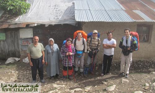 آقا محمد حسین و همسرش(دو نفر سمت چپ)