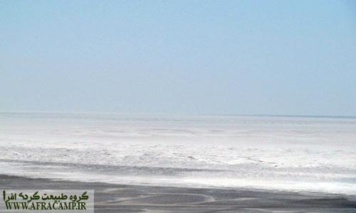 نمای دریاچه نمک از بالای تپه های شنی