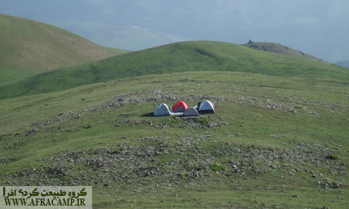 محل کمپ ما کمی پایین تر از قله امام زاده قاسم