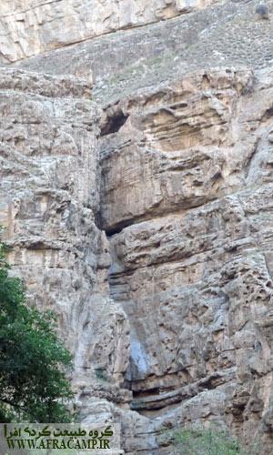 رد عبور آب بروی صخره ها در نزدیکی حمام دوم