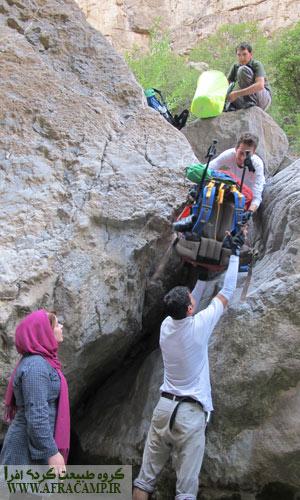 همکاری گروهی برای عبور از صخره ها