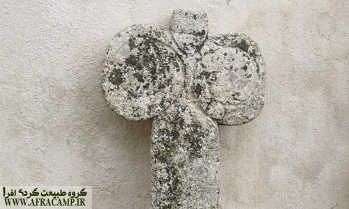 نمای نزدیک نمادی که برای مزار خانم ها استفاده شده است