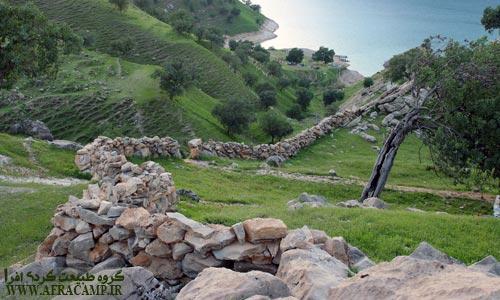 دیوارهای سنگ چین مشخص کننده مناطق چرا و وجود قوانین انسانی برای چرا در این منطقه است