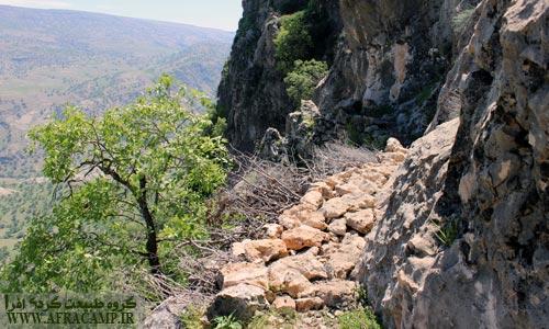 پل دست ساز و مسیر صعود کوه جلا قبل از پله ها