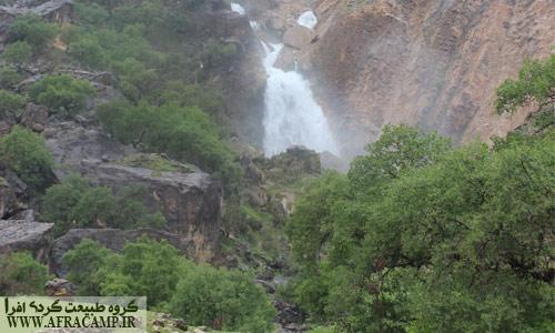 آبشار نگین در فصل بهار خروشان است.
