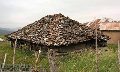 خانه های زیبا با سقف چوبی در روستای شاه شهیدان