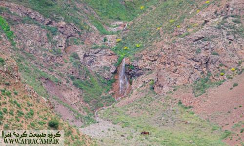 در مسیر ورودی به دشت این آبشار در انتهای دید قرار دارد.