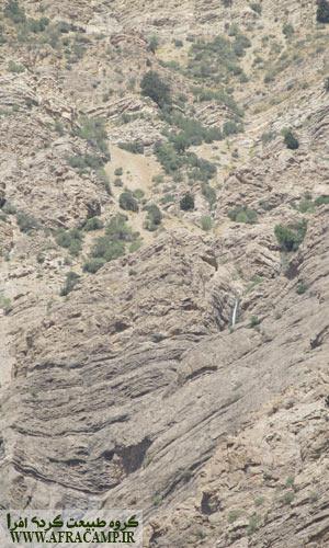 روبه روی چشمه پنبه کار، این آبشار به چشم می خورد.