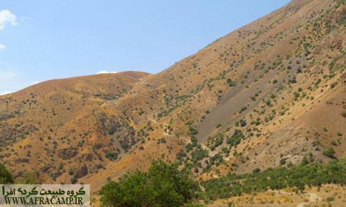 نمای گردنه پنبه کار از پایین دره با اختلاف ارتفاع 450 متر، خط جاده خاکی در آن پیداست. در برگشت سعی کنید این مسیر را قبل از طلوع آفتاب طی کنید.