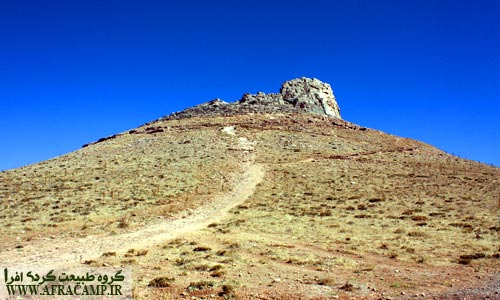 نمای کوه زندان به ارتفاع 107 متر از پای آن