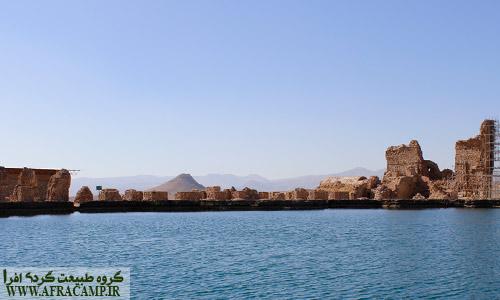قطرهای دریاچه در حدود 120 متر در 80 متر می باشد. زندان دیو در نزدیکی تخت سلیمان همچون دودکش خودنمایی می کند.