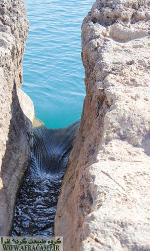یکی از خروجی های آب دریاچه تخت سلیمان