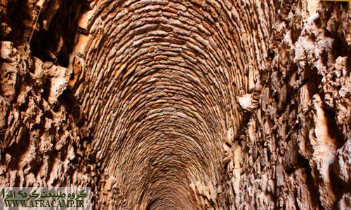 دهلیز حفاظتی مجموعه مذهبی و مقدس ساسانی که جهت حفظ دیواره ها سقف آن مرمت گردیده است.
