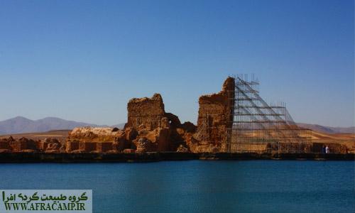 بقایای به جا مانده از ایوان خسرو  از دوران ساسانی که دهها سال است که با این داربست های طراحی اروپایی حفاظت می شود.