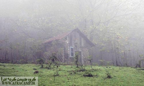 """کلبه ها و خانه های بین راه هم جالب بودند. آخرین مجموعه کلبه ها در مکانی به فاصلی 20 دقیقه ای آبشار که خانواده عمو یدالله نیز در آن جا ساکن هستند به """"خلیفه حیاتی"""" معروف است."""