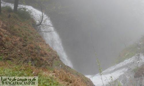 در پای آبشار 108 متر لاتون دره ای خطرناک به عمق بیش از 60 متر وجود دارد که ادامه آبشار لاتون به آن می ریزد و آبشار کوتاهتری را می سازد. برای رسیدن به پای آبشار بسیار احتیاط کنید.
