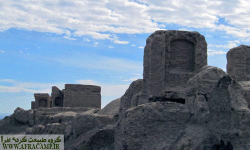بقایای ساختمان در نزدیکی جاده تالاب