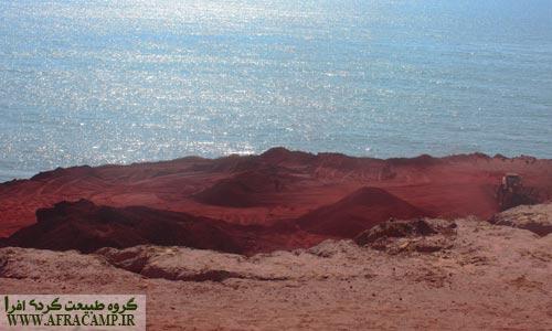 معدن خاک سرخ، خاکی که واقعا عجیب است، بومی ها از آن به عنوان ادویه استفاده می کنند، و کامیون کامیون از این خاک صادر می شود، گویی بومی ها از این معدن سهام دارند، واقعا برداشت بی رویه این خاک نگران کننده است.