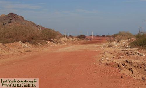 جاده های اطراف معدن بواسطه حمل خاک سرخ رنگی زیبا گرفته اند