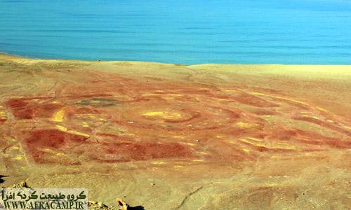 طرح به جای مانده از فرش خاکی که هر ساله در اواخر بهمن ماه طرح جدید رونمایی می شود. این طرح های رنگی از خاک جزیره ساخته می شود. علی رغم زیبایی خاص این فرش خاکی، جابه جایی سالانه چندین تن خاک از محل اصلی، آثار بدی را به جای خواهد گذاشت.