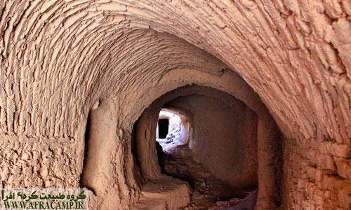 روستای اسفندیار. بافت قدیم این روستا که رو به تخریب است پا برجاست و روستای جدید در پایین دست ساخته شده است.