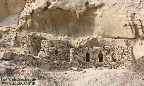 بناهای سنگی ابتدای چاه کوه که از قدمت آن اطلاعی ندارم