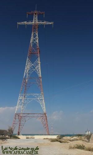 دکل های برقی که برق قشم را از شبکه سراسری برق ایران تامین می کنند.