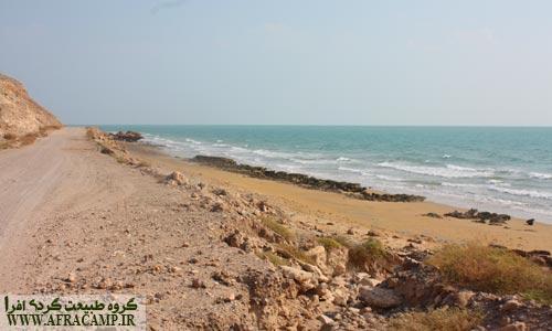 امواج ساحل بکر جزیره و راه غار نمکدان