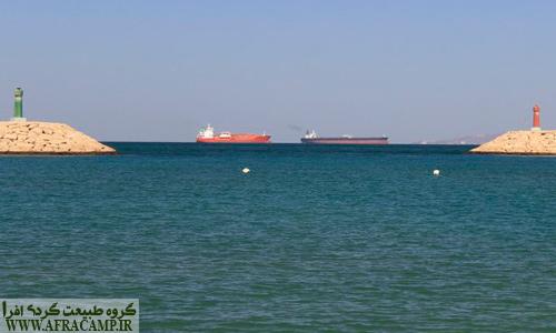 از آبراهه بین لارک و هرمز روزانه ده ها کشتی و نفت کش عبور می کند.