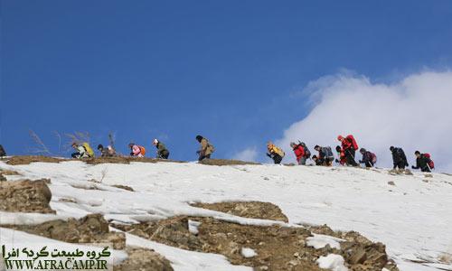 حضور گروه های مختلف برای دیدن آبشار یخی، فضایی شاد و مهیج را ایجاد می کند.