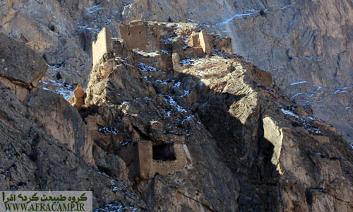 قلعه ملک بهمن در بالای آبشار