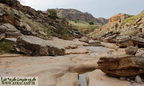 سنگها با کمک زمین نمایشگاهی برپا کرده اند