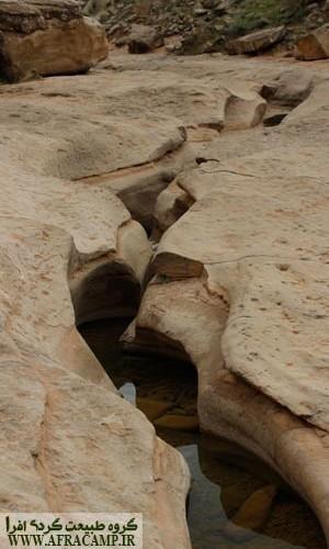گاهی آب از راه روزنه ای از دل سنگها بیرون میزد