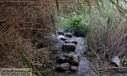 پیش از رسیدن به آبشار دوم از بالادست آن عبور می کنید.