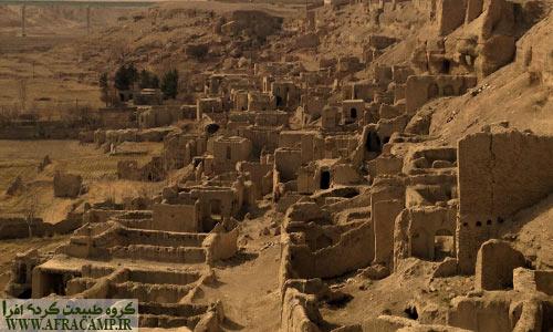 در پای قلعه بناهای ویران شده ای وجود داشت.