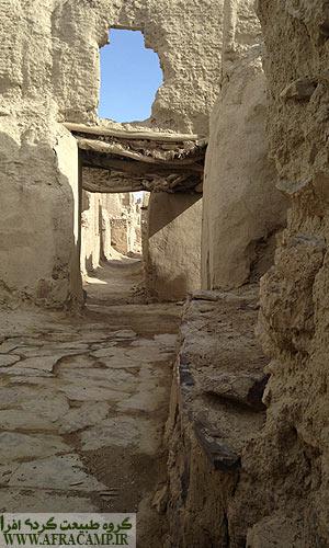 بازدید از قلعه امکان پذیر نشد... از درز دیوار و در توانستیم نگاهی به آن سوی تاریخ بیندازیم...
