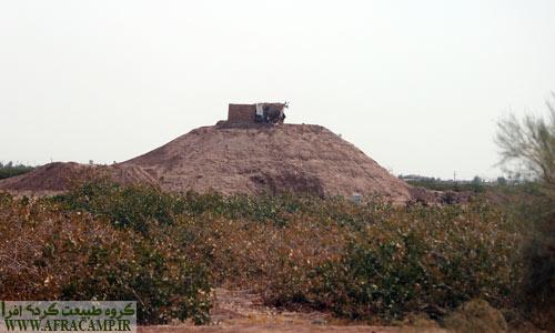 تپه های خاک که برای دیدبانی و نگهبانی از باغ های پسته بسیار با اهمیت است.