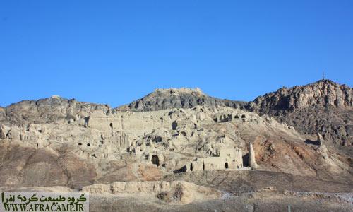نمای کلی کهن دژ که قلعه کُک کُهزاد نیز در بالای آن قرار دارد.