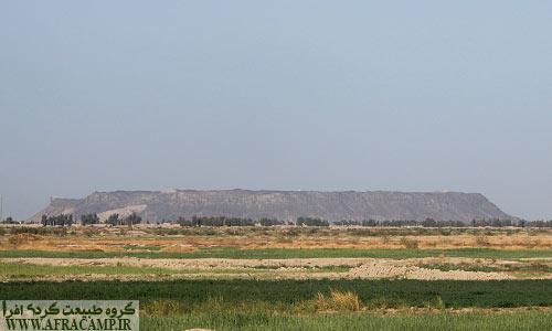 دورنمای کوه خواجه که ارتفاعی در حدود 120 متر از دشت اطراف دارد.
