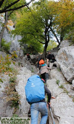در اواخر مسیر، کم دست به سنگ ساده وجود دارد که به راحتی و با احتیاط قابل عبور است.
