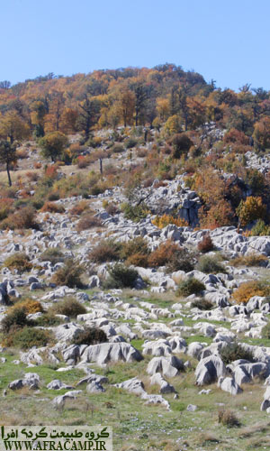 فرم عحیب و زیبای سنگ ها در پای قله