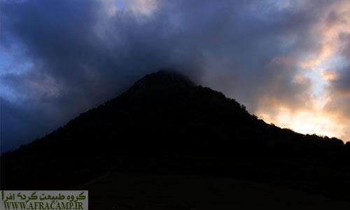 این کوه در مه هیبت عجیبی داشت