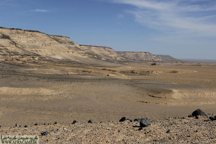 نمای جانبی صخره که تقریبا 125 متر از زمین های اطراف بالاتر است.