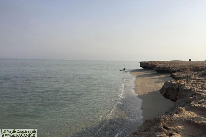 اینجا هم ساحل ماسه ای داره هم صخره ای