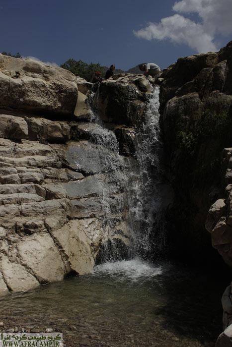 هر چند کم آب است، ولی هنوز غوغایی دارد. رفتن زیر این آبشار فوق العاده است.