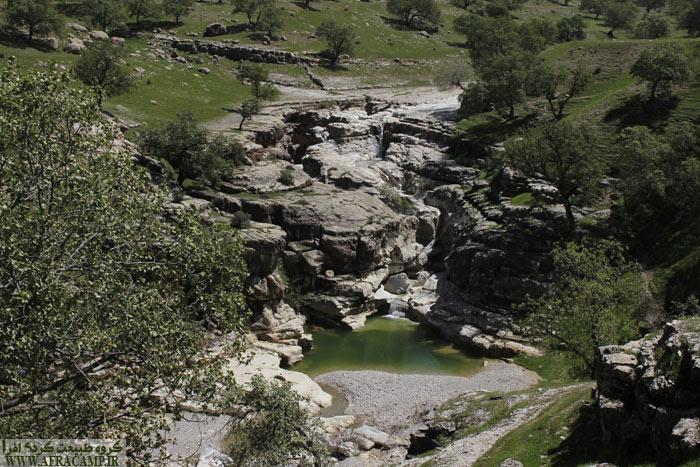 منظره حوضچه ها و آبشار ها از بالا