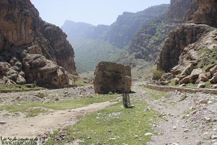 اویل مسیر و سنگ مکعب شکل، تقریبا یک کیلومتر بعد از دیل