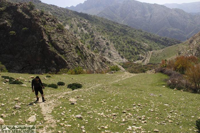 پلکان سنگی که را بالا بروید دره زیر پای شماست. با گذر از چمنزار وسیع به قبرستان می رسید و حالا دورنمای مارین است که خودنمایی میکند.