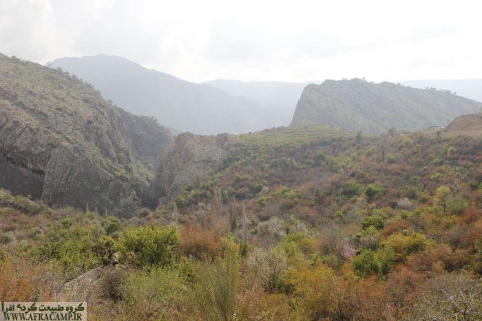 دره تنگی که رود از میان آن می گذرد در سمت چپ عکس. باغات مارین و کوهستان دورنمای زیبایی است که از مارین دیده می شود.