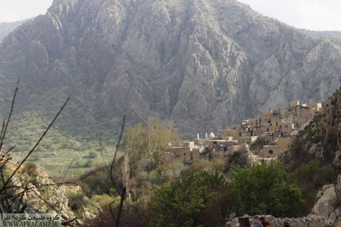 برای دیدن چشمه ها مارین را گذر می کنیم و به سمت پاکوب حارج روستا می روسم. تقریبا یک کیلومتر راه در پیش است.